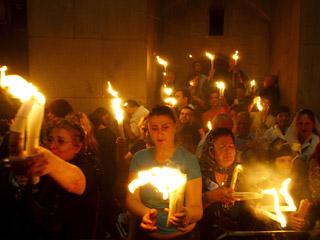 Священный огонь появился в Кувуклии - часовне внутри храма, над каменным ложем